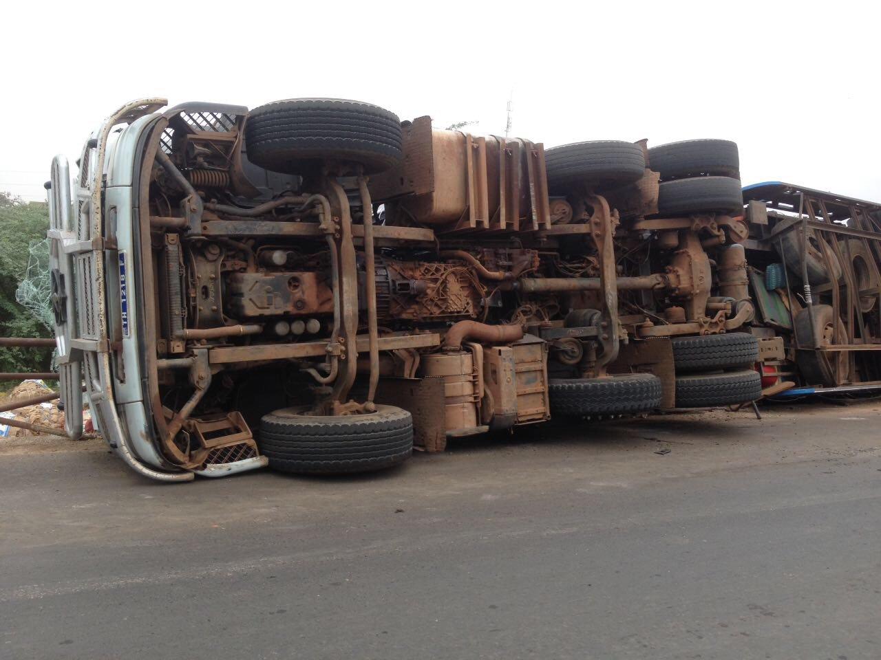 Un camion de ciment se renverse à hauteur de Bambey