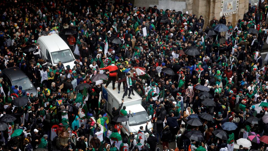 Algérie: sous la pluie, la contestation se poursuit à Alger et dans le pays