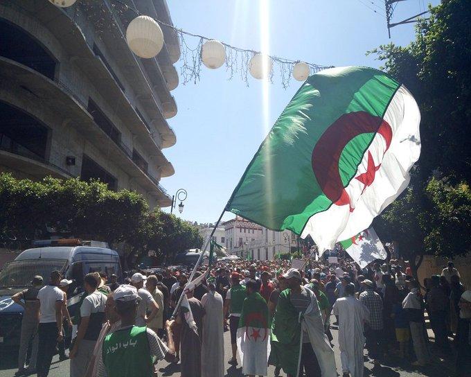 Un régime algérien, en rase-mottes, proche de l'effondrement.